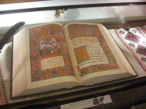 Евангелие - священная книга для украинских президентов - на нем они принимают клятву.