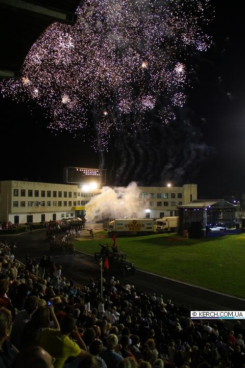 Праздник завершился красочным салютом, взорвавшим ночное небо. Фото с сайта www.kerch.com.ua