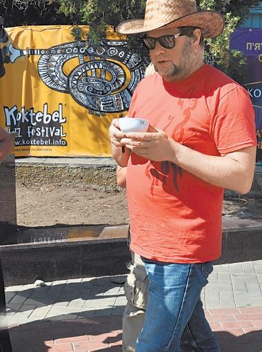 Перед концертом БГ спокойно прогуливался по набережной с чашечкой чая в руках.