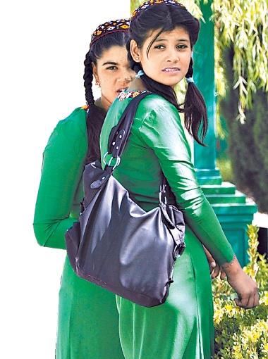 Если девушка в зеленом платье, значит, школьница. Если в бордовом - студентка.