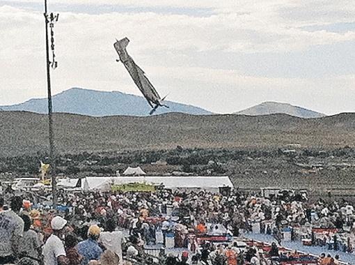 Старинный истребитель погубил и пилота, и зрителей. Фото АП.