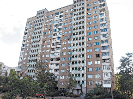 Возле дома (на фото вверху), где жила Оксана Дурицкая, есть чистое озеро, но она почему-то пошла купаться на Днепр, да еще и среди ночи одна (фото внизу).