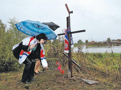 Каждый день к месту трагедии приходит кто-нибудь из родственников погибших. Фото Анатолия ЖДАНОВА.