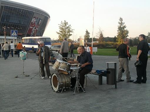 Болельщиков развлекал оркестр, играя не только гимн