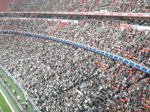 На стадионе присутствовало 37 904 зрителя.