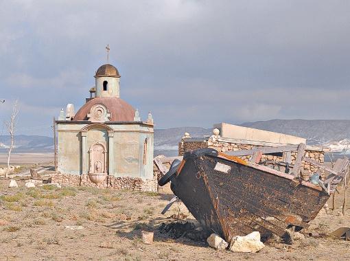 Специально для съемок фильма в степи выстроили портовый городок.