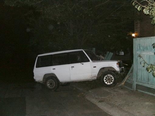 Пьяный водитель джипа врезался ночью в забор.