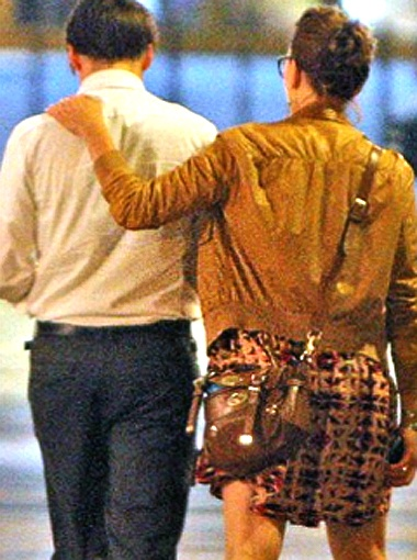 Парочка хихикала и обнималась. Фото Daily Mail.