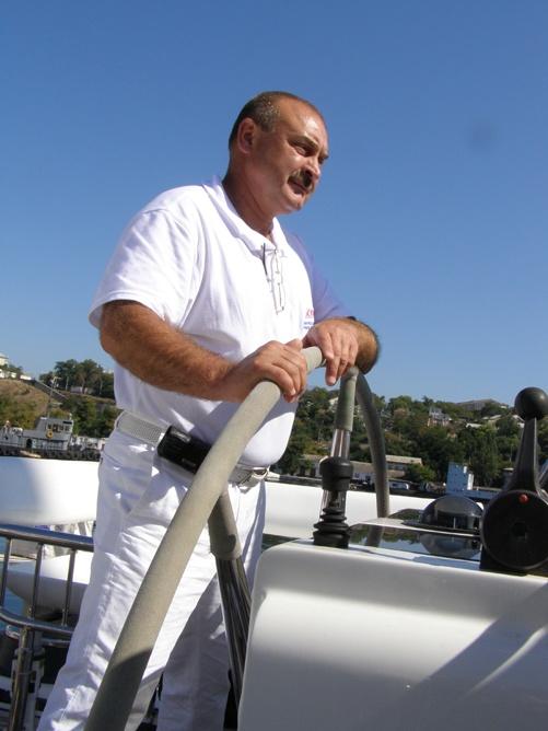 Капитан яхты и главный спонсор экспедиции Сергей Низовцев. Фото Дмитрия МЕТЕЛКИНА.