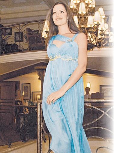 Беременная Деяна Нинкович продемонстрировала и платье, и округлившийся животик.