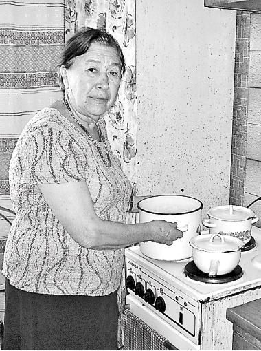 Галина Михайловна и сотни ее соседей уже более полугода греют воду на плите и моются в тазиках.