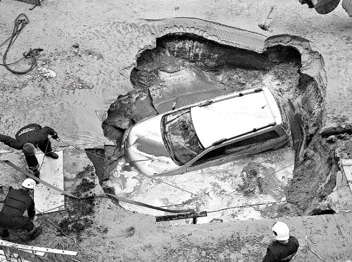 Провалившаяся машина на Харьковском шоссе полностью