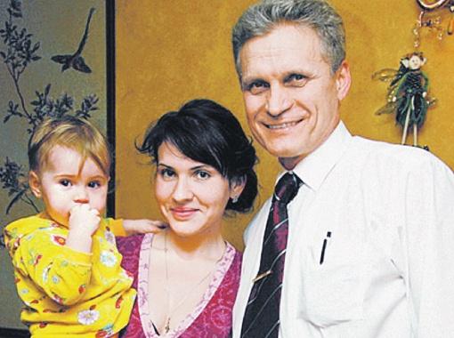 Отец Кати с его новой женой ждали второго ребенка (на фото они - со старшей дочкой Ульяной).