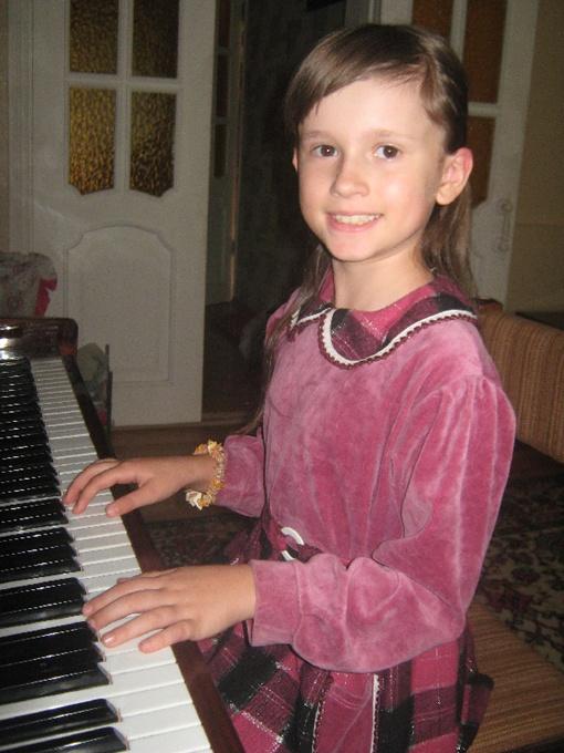 Музыкой профессионально Настя занимается с 5 лет. Фото из семейного архива.