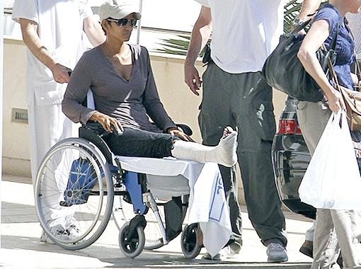 В больнице врачи констатировали перелом и наложили артистке гипс. Фото TMZ.com