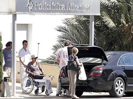 Из госпиталя Холли Берри выехала на инвалидной коляске. Фото TMZ.com