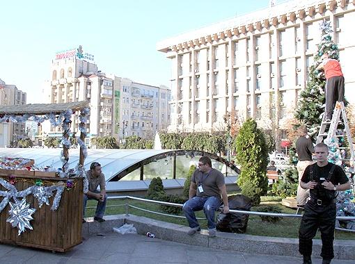 Люди на Майдане были удивлены, увидев, что центр города уже украшают по-новогоднему.