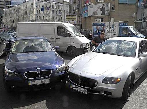 2010 год. Авария с участием Maserati Артема (справа) была не столь опасна.