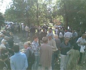 Пикетчики расположились на газоне напротив здания отделения Пенсионного фонда.