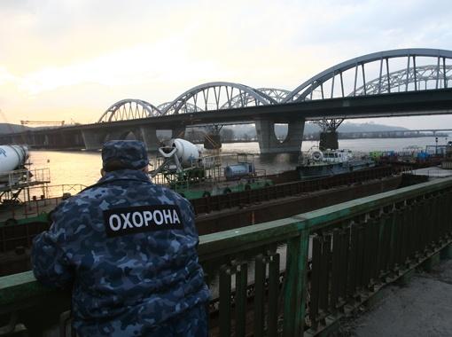 Авария случилась в конце моста, при выезде на правый берег.