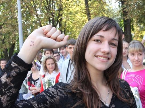 Первокурсница физтеха ДНУ Ольга Иванова попросила у Леонида Кучмы автограф, подставив свою руку. Данилович удивился, но просьбу уважил.