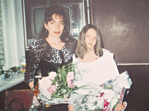 Марианна Ющак с мамой Даной в школьные годы и во время недавнего скандала с итальянским премьером.