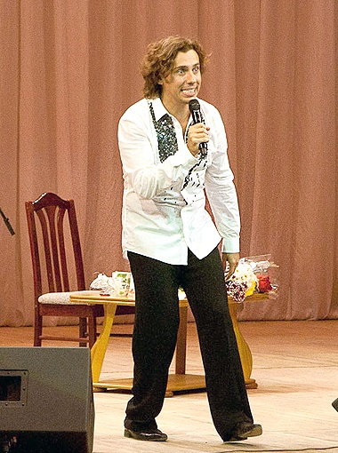 Шоумен на сцене самарской филармонии виртуозно пародировал Аллу Борисовну, Филиппа Киркорова и
