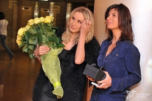 Лобода пришла с желтым букетом. Фото: tochka.net.