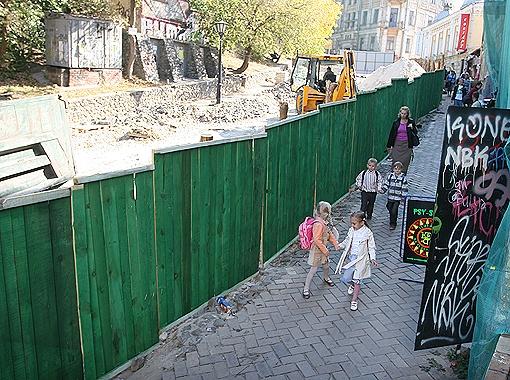 Гулять на Андреевском теперь не хочется: на улице идут ремонтные работы, все перерыто.
