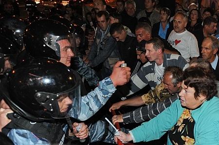 Милиция и митингующие. Фото участников митинга с сайта