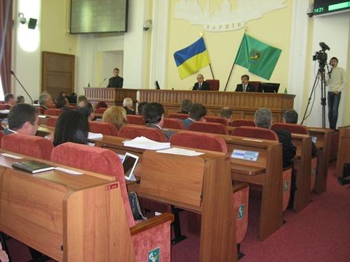Ковры и сидения сменили окрас, а у депутатов появились столики.