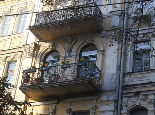 Семья народного актера живет на 4-м этаже этого дома. Фото Антона ЛУЩИКА.