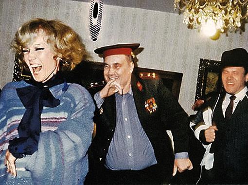 На дне рождения в кругу друзей (на фото - с Эльдаром Рязановым и Владимиром Меньшовым) она была фейерверком!