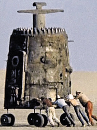 Межзвездный корабль - пепелац - в Каракумах.