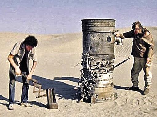 Декорации к фильму искали на свалке в пустыне.