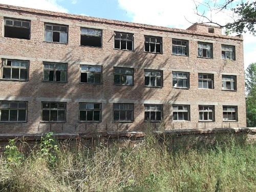 Новгородский машзавод был основан еще в XIX веке немецким инженером Якобом Нибуром, за заслуги получил целых два ордена Трудового Красного знамени. 2000-х стал банкротом и был фактически распилен на металлолом.