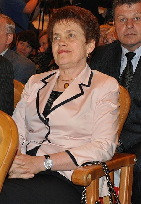 Людмила Янукович пришла к учителям с бриллиантовым аксессуаром. Фото: