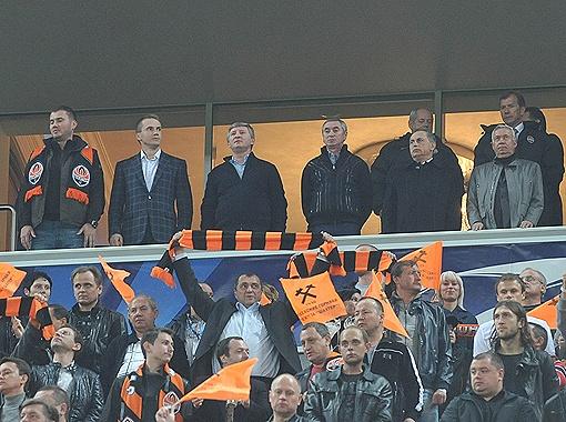 В президентской ложе по правую руку от Рината Ахметова расположились сыновья президента Украины - Александр и Виктор Янукович-младший. Слева от Ахметова - брат хозяина