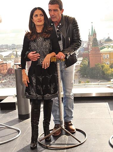 Антонио Бандерасу не привыкать обнимать красивых женщин. Но с Сальмой он это делает, похоже, с особым удовольствием. Фото Евгении Гусевой.