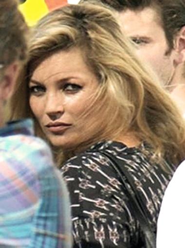 Кейт Мосс на фотосессии позабыла про юбку. Фото Daily Mail.
