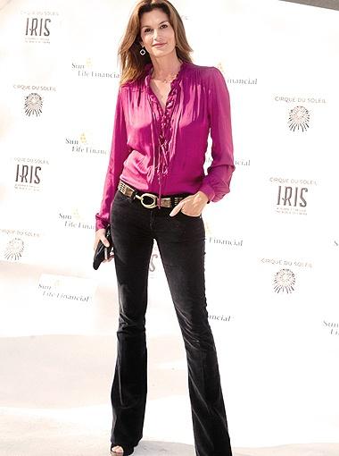 В отличие от Лиз Синди Кроуфорд выбирает более элегантный цвет фуксии. Фото Splash/All Over Press.