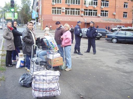 В этом им помогала милиция.Фото КП