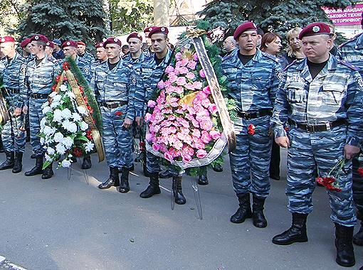Милиционеры провожают в последний путь погибших товарищей.