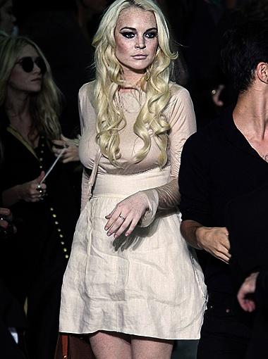 Линдси нардилась в одно из творений Кейни. Бледный цвет наряда был явно не к лицу девушке, к тому же платье сидело на ней мешком. И отчаянно нуждалось в поддержке в виде бюстгальтера. Фото Radaronline.com.
