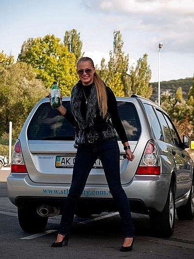 Пострадавших водителей попросили собрать жидкость из бака в специальную бутылку, после чего ее запечатали и отправили на экспертизу. Фото с сайта nr2.ru