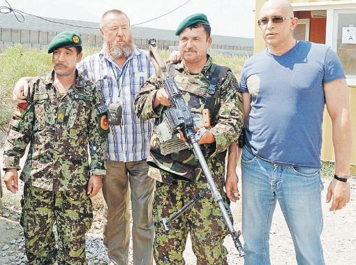 Российские журналисты (Николай Варсегов - второй слева) с бойцами афганской армии.
