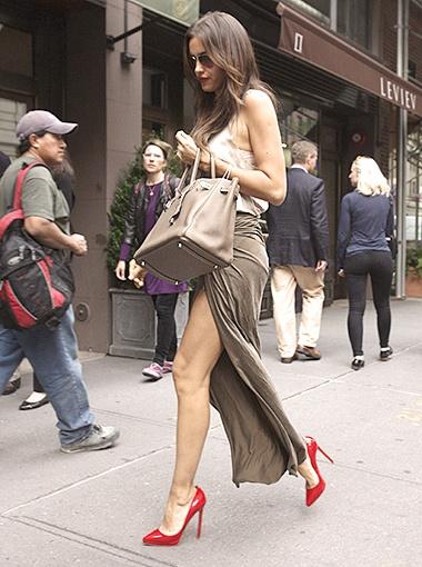Ирина отправилась на прогулку в смелых красных туфельках. Фото Splash/All Over Press.