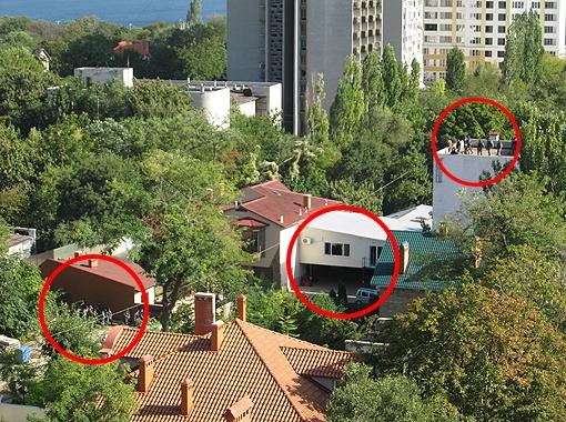 За окном в центре фотграфии укрывались бандиты. Снайперы вели по ним огонь сверху и снизу.