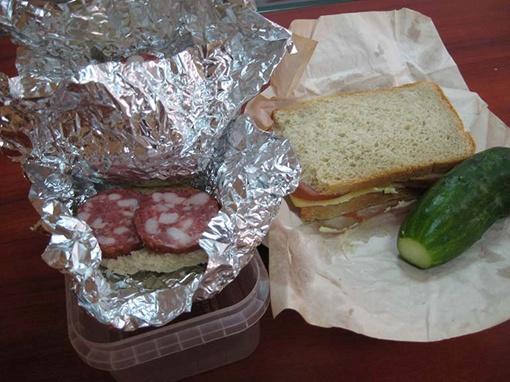 Многие труженики предпочитают обедать по старинке - бутербродами с чаем