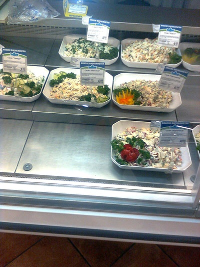 В меню здесь обычно предлагают всевозможные салаты, гарниры, мясные блюда и выпечку.